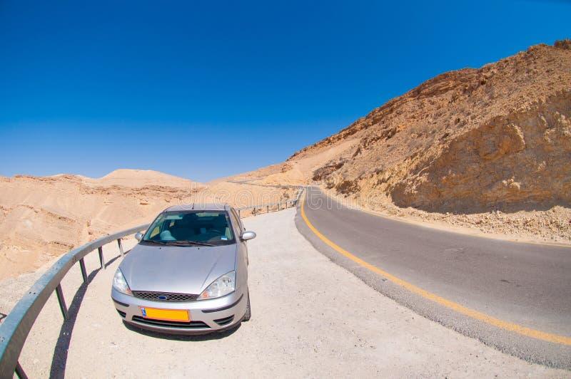 Samochód na drodze w pustyni obrazy royalty free