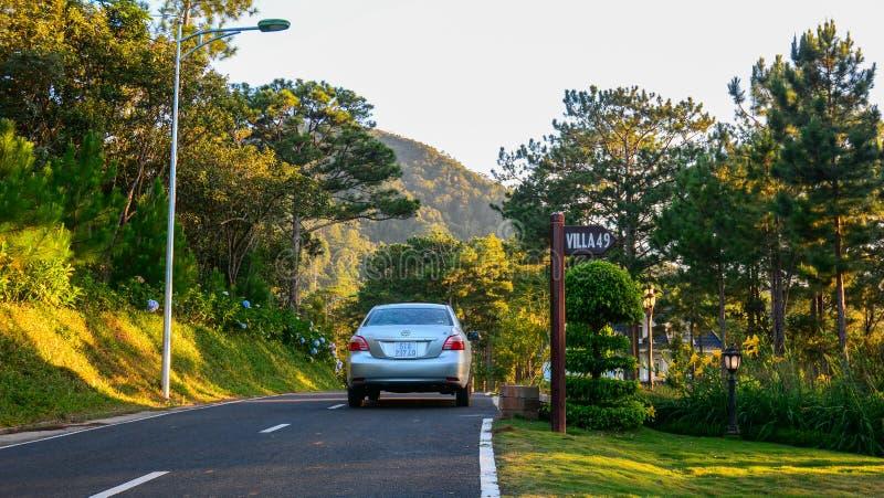 Samochód na kraj asfaltowej drodze zdjęcia royalty free