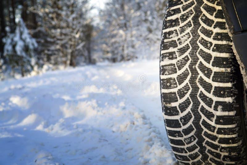 Samochód na zimy drodze w drewnie zdjęcie royalty free