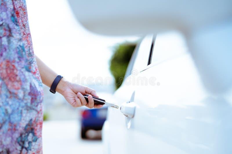 Samochód otwiera dalekiego punkt otwierać samochodowego drzwi obraz stock