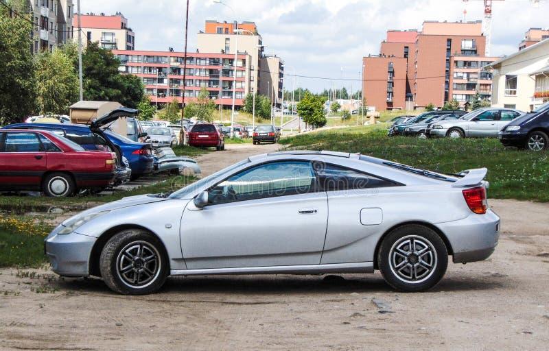 Samochód parkujący na niebrukowanej drodze zdjęcia stock
