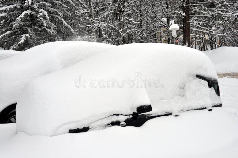 Samochód pod śniegiem zdjęcie stock