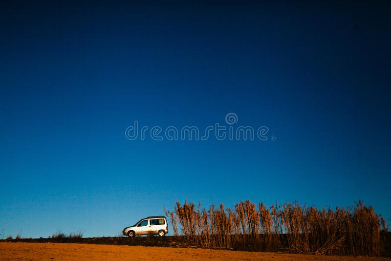 Samochód parkujący stroną osamotniona droga w wiejskim kraju obrazy royalty free