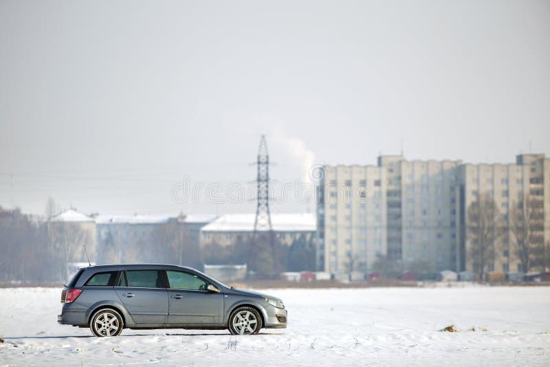 Samochód parkujący w śnieżnym polu na zima dniu fotografia royalty free