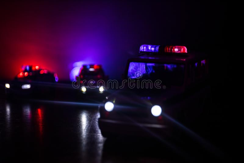 Samochód policyjny goni samochód przy nocą z mgły tłem 911 reakcja w sytuacji awaryjnej samochód policyjny przyśpiesza scena prze zdjęcia royalty free