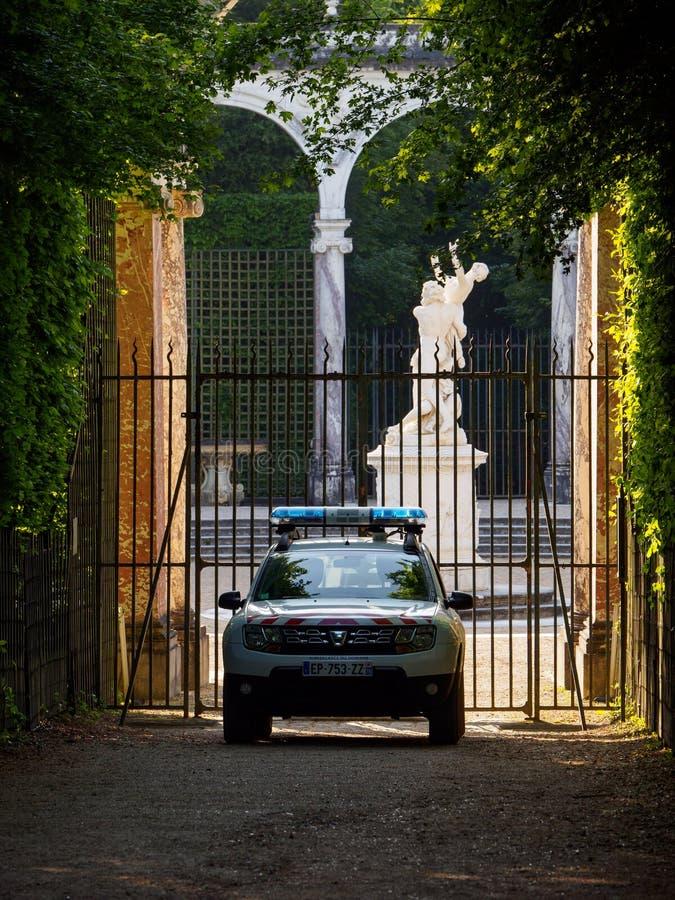 Samochód policyjny parkujący przed kolumnada gajem, ogródy Versailles, Francja obraz royalty free
