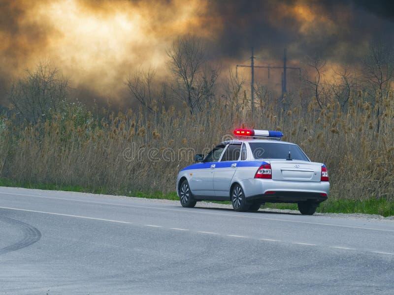 Samochód policyjny poboczem Niebo jest w dymu zdjęcie royalty free