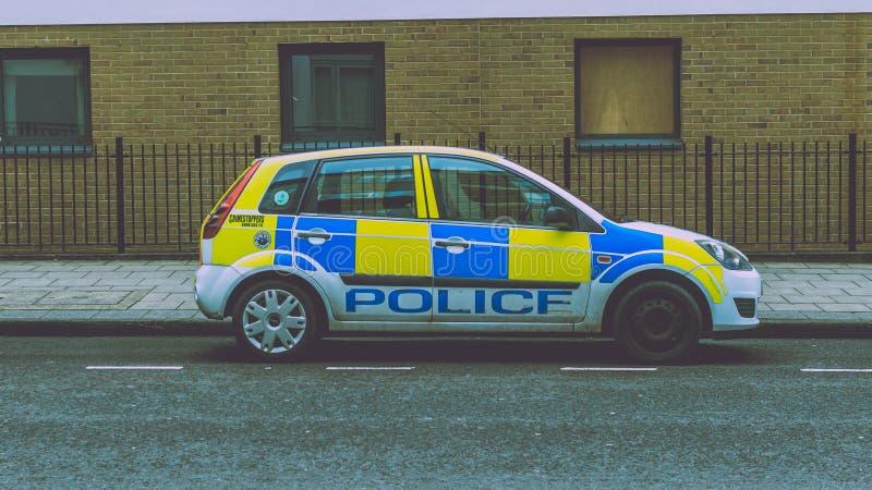 Samochód Policyjny z brakującym hubcap parkującym na ulicie obrazy royalty free