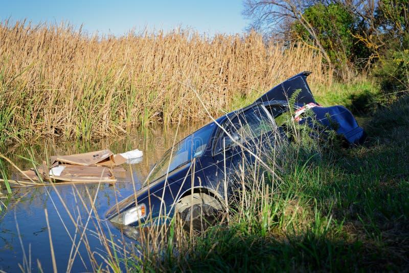 Samochód rozbijający i porzucający w bagnie zdjęcia royalty free
