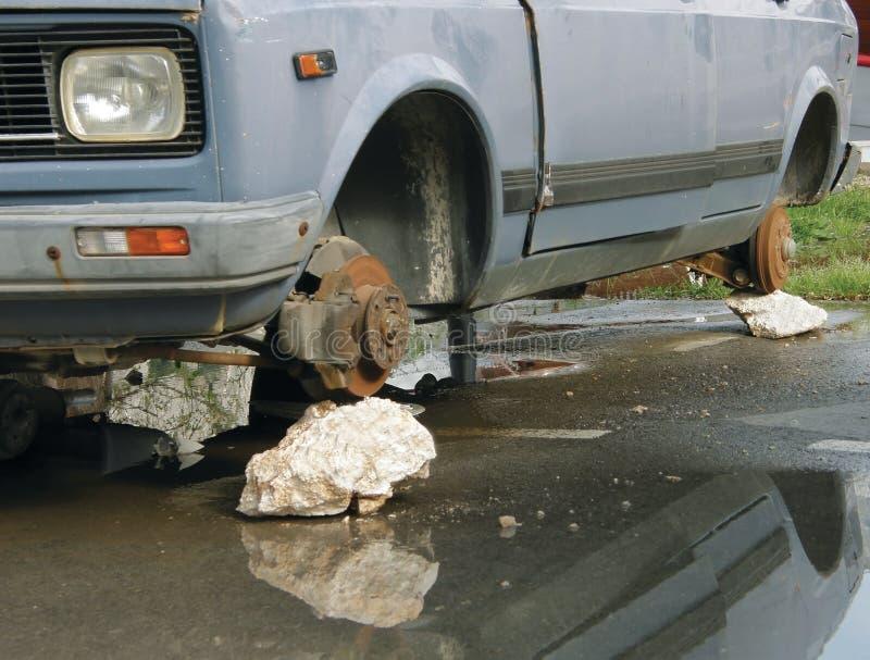 samochód rozbijający niszczył żadne opony fotografia stock