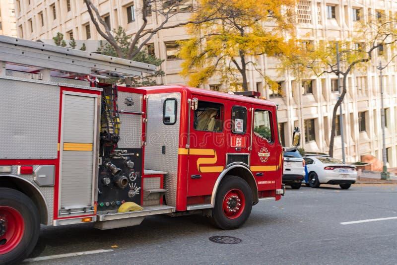 Samochód strażacki przechodzi bardzo szybko na ulicie w Seattle, Waszyngton, usa obrazy stock