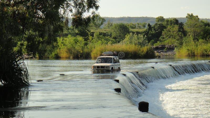 Samochód terenowy prowadzący przez Crossing w Ivanhoe, Kunununurra, Australia Zachodnia, Australia Konkretna droga nad Ordem zdjęcie stock