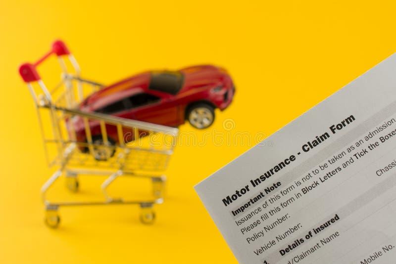 Samochód w asekuracyjnym dokumencie i wózku na zakupy fotografia royalty free
