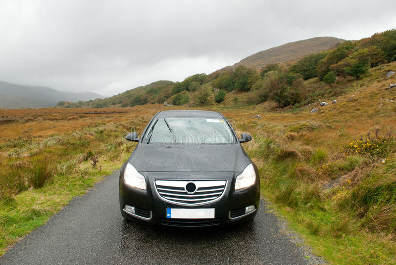 Samochód w Dunloe's Gap, Irlandia fotografia stock