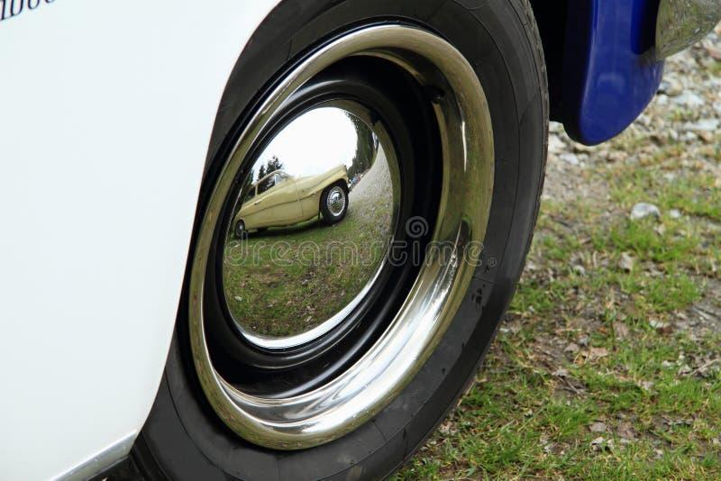 Samochód w lustrze dekiel fotografia royalty free
