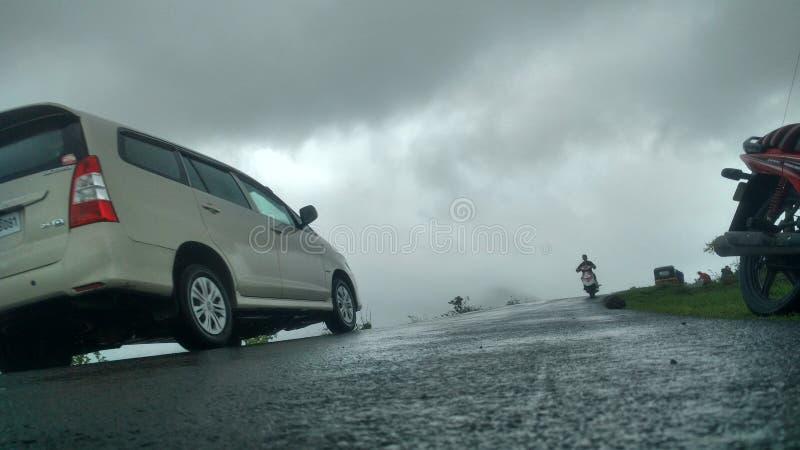 Samochód w mgłowej pogodzie i pięknych drogach zdjęcia royalty free