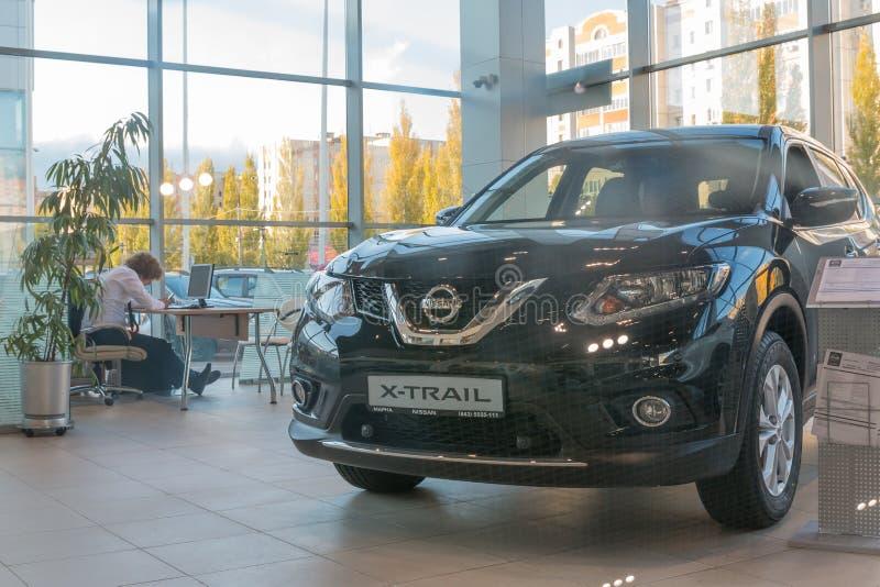 Samochód w sala wystawowej przedstawicielstwo handlowe Nissan w Kazan mieście obraz stock