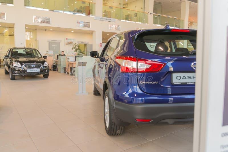 Samochód w sala wystawowej przedstawicielstwo handlowe Nissan w Kazan mieście fotografia stock