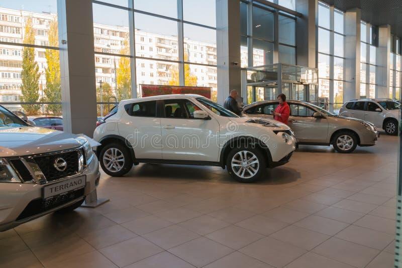Samochód w sala wystawowej przedstawicielstwo handlowe Nissan w Kazan mieście obrazy stock