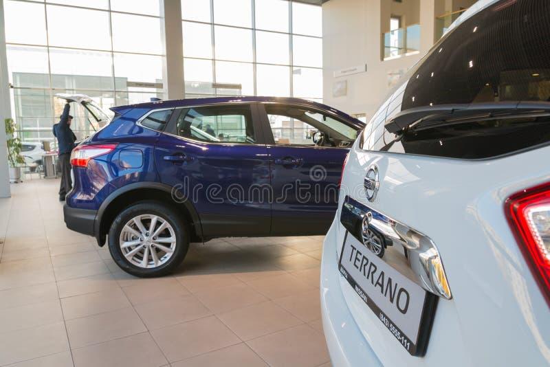 Samochód w sala wystawowej przedstawicielstwo handlowe Nissan w Kazan mieście zdjęcia stock