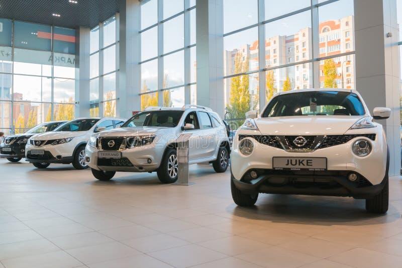 Samochód w sala wystawowej przedstawicielstwo handlowe Nissan w Kazan mieście obrazy royalty free