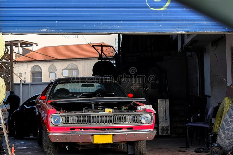 Samochód w samochodu remontowym usługowym centrum zdjęcia stock