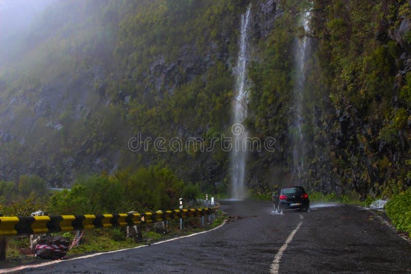 Samochód w siklawie i górach obraz stock