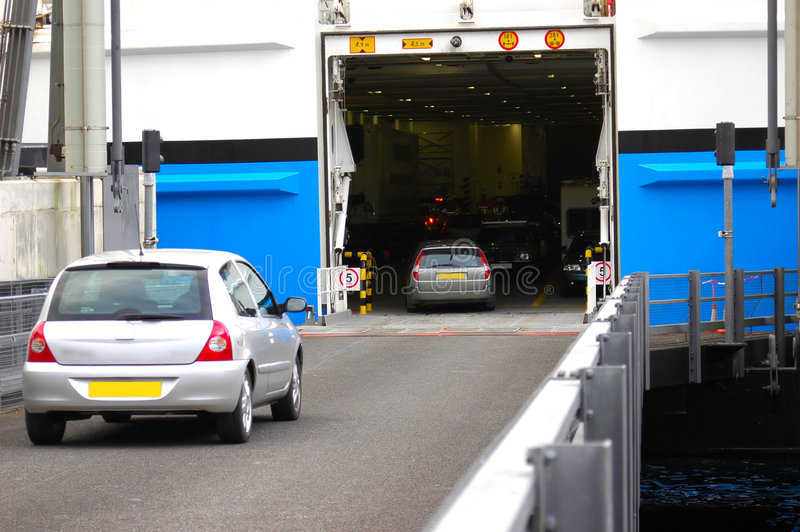 samochód wchodzi pokładu promu obrazy stock