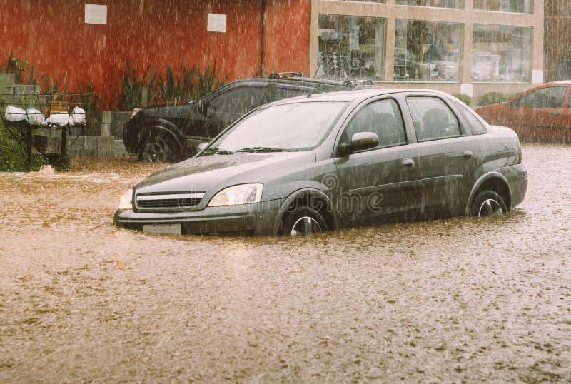 Samochód wtykający w błyskowej powodzi katastrofie fotografia royalty free