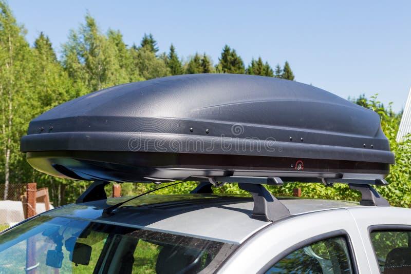 Samochód z dachowym stojakiem z ładunku pudełkiem zdjęcia royalty free