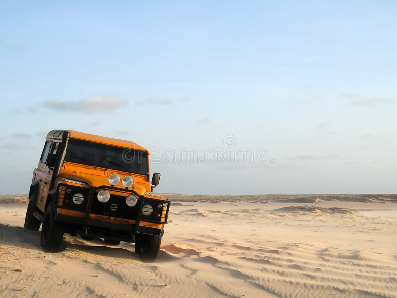 samochód z drogi piasku. obraz stock