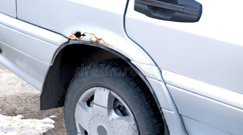 Samochód z dziurą od rdzy i korodowania fotografia royalty free