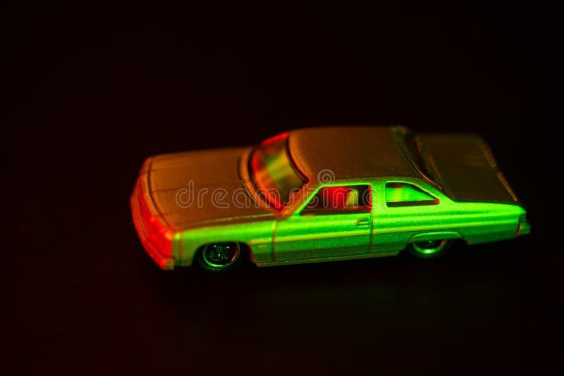 Samochód zabawkowy pod czerwonym i zielonym światłem zdjęcia royalty free