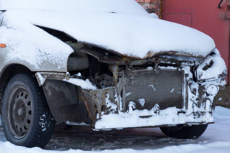 Samochód zakrywający z śniegiem po wypadku zdjęcia royalty free