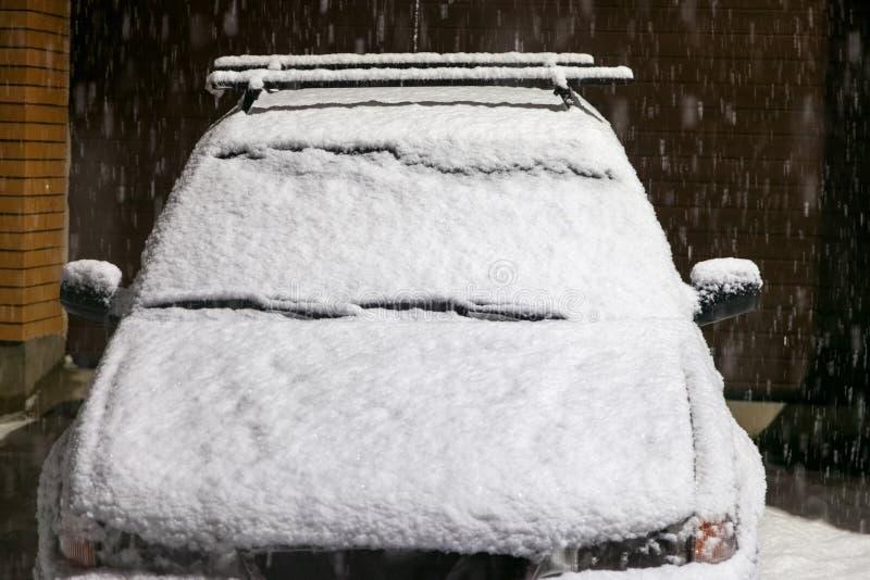 Samochód zakrywający z śniegiem przy nocą zdjęcie stock