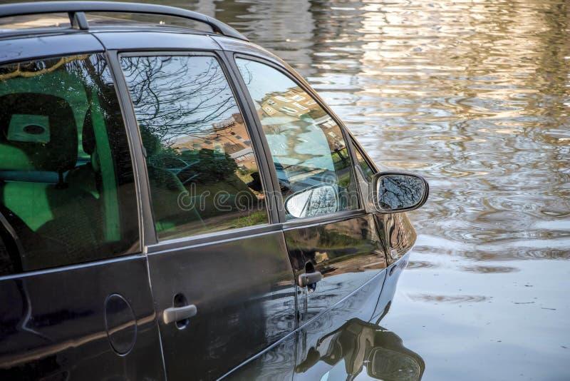 Samochód zanurzający w wodzie powodziowej fotografia stock