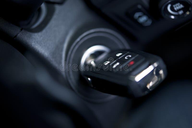 Samochodów klucze w Zapłonowym Keyhole zdjęcia royalty free