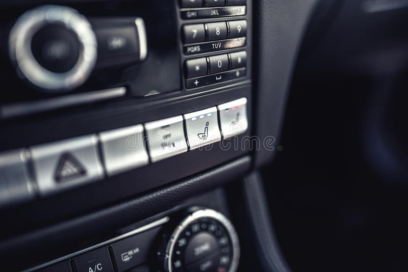 Samochodowa deska rozdzielcza z siedzenia ogrzewaniem i wentylacją Nowożytni szczegóły elektryczny samochód obrazy royalty free