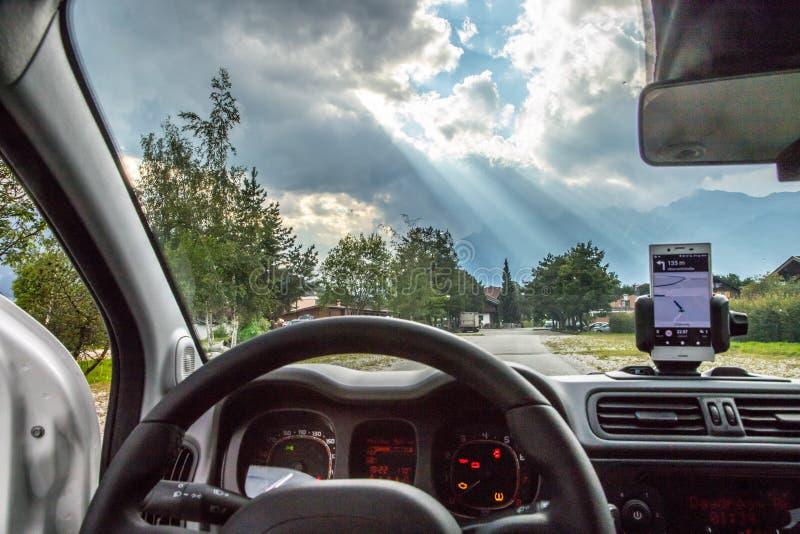 Samochodowa deska rozdzielcza z smartphone u?ywa? jako, jaskrawym nawigacja przyrz?d i s?oneczny dzie?, zdjęcia royalty free