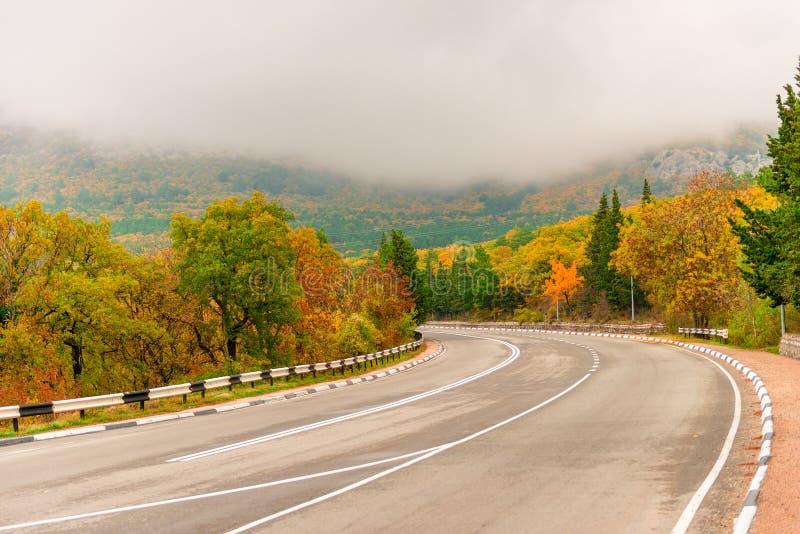 samochodowa halna droga w jesieni Crimea, niskie chmury obraz royalty free