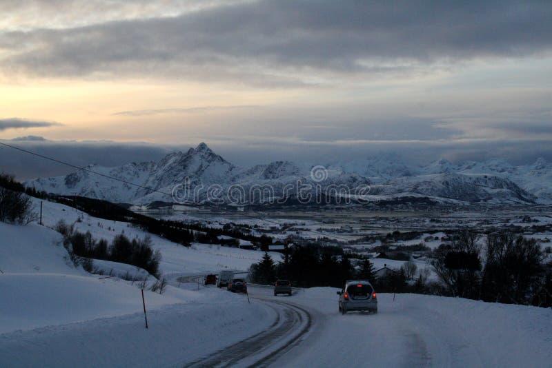 Samochodowa jazda w przód natura przy Lofoten wyspami Norwegia zdjęcia stock