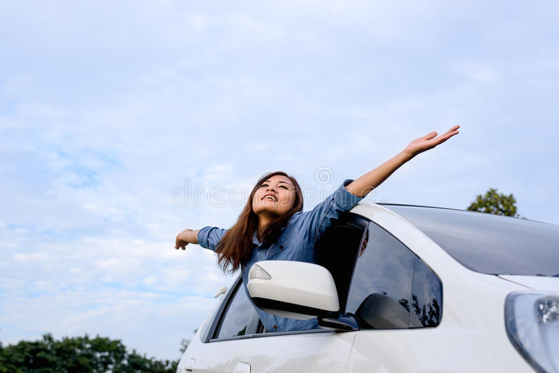 Samochodowa kobieta macha szczęśliwy ono uśmiecha się na drodze na wycieczce samochodowej obraz royalty free