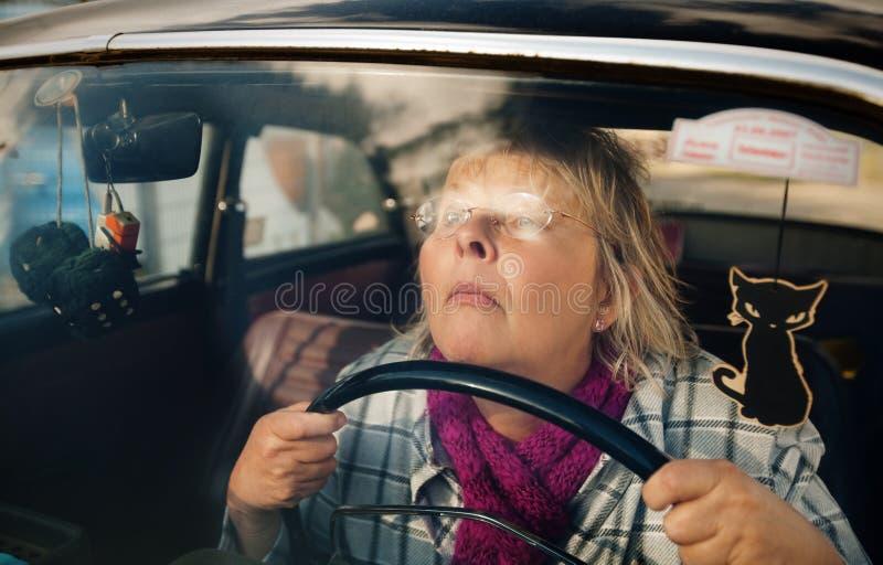 samochodowa oldtimer seniora kobieta zdjęcie royalty free
