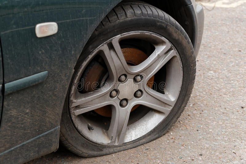 Samochodowa płaska opona zdjęcie royalty free