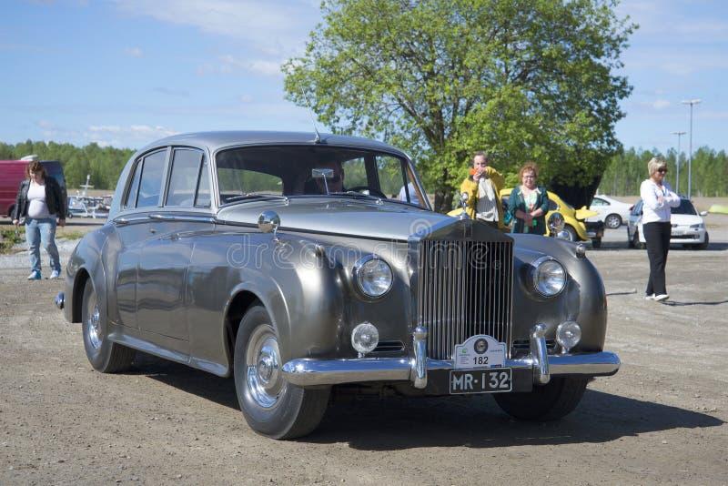 Samochodowa Rolls-Royce Phantom V parada retro samochody dzwonnicy kościelnego Finland kerimaki Scandinavia wysoki drewniany fotografia stock