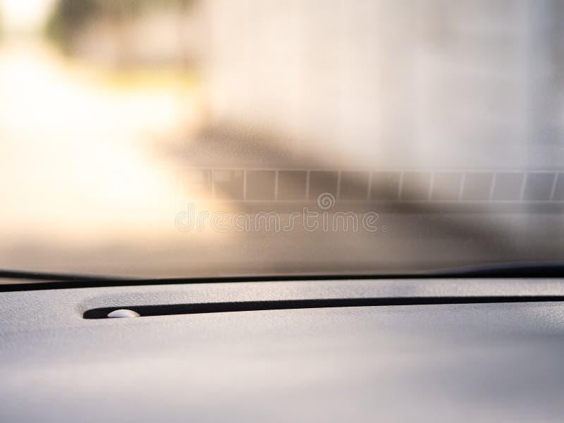 Samochodowe przedniej szyby i konsoli tekstury z żółtym światłem słonecznym obraz royalty free