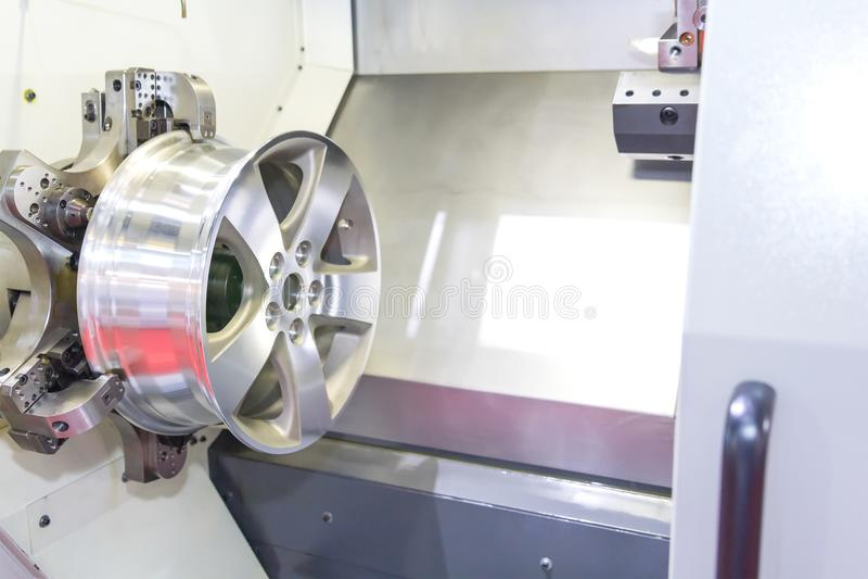 Samochodowego aliażu obręcza nowy mielenie i maszyna proces CNC tokarką zdjęcie stock