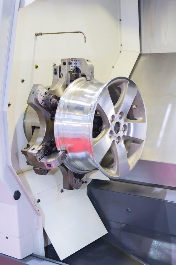 Samochodowego aliażu obręcza nowy mielenie i maszyna proces CNC tokarką w wo fotografia stock