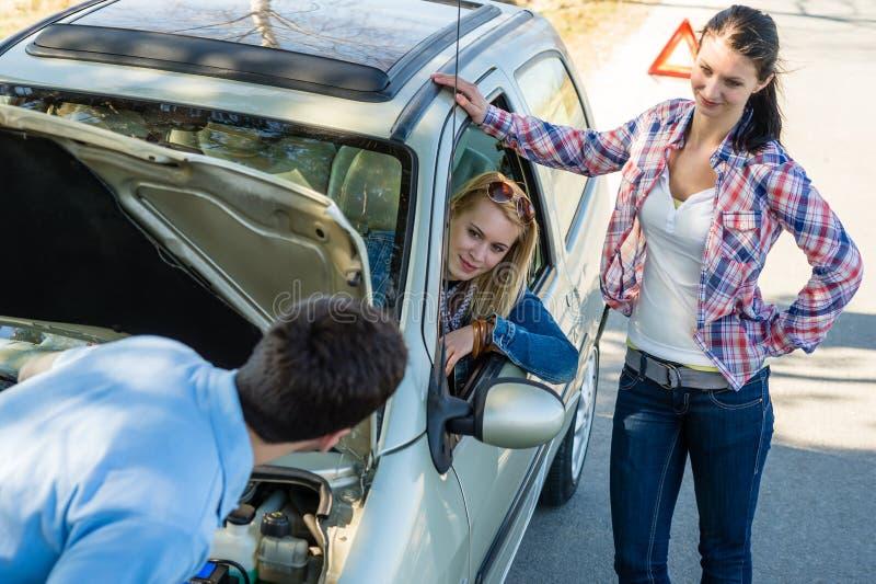 samochodowego defektu żeńscy przyjaciele pomaga mężczyzna dwa zdjęcie royalty free
