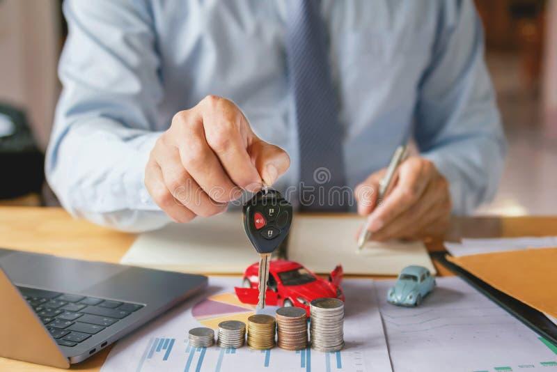 samochodowego handlowa ręki mienia klucz Pojęcia ubezpieczenie samochodu obrazy stock